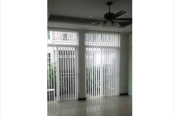 08-vertical-blinds01AFDD1F-A7C7-E03E-687F-984EB2A6D27B.jpg